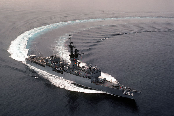 600px-USS_GRAY_(FFG-1054)_sharp_turn (1)