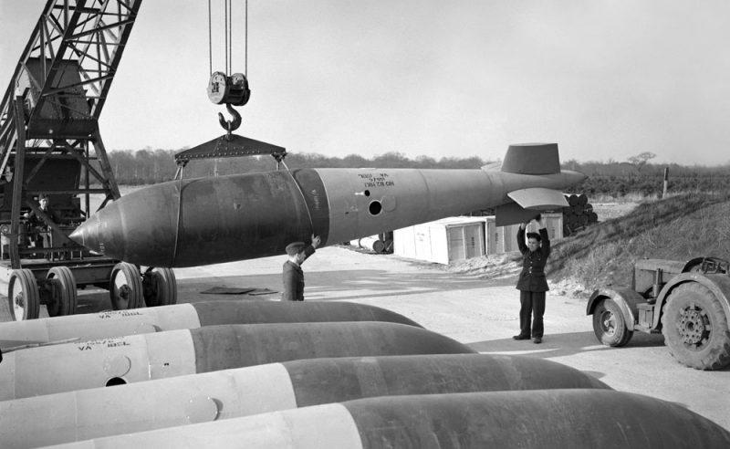 ba7833c1f5a5 Различались авиабомбы также и окраской. Так, например, бомбы общего  назначения окрашивались в темно-зеленый цвет с красной полосой в носовой  части и ...