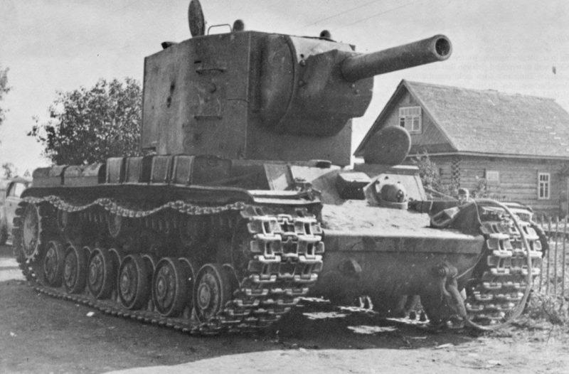 Тяжелый танк КВ-2 - мощный и грозный
