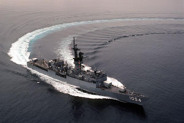 600px-USS_GRAY_(FFG-1054)_sharp_turn (1)