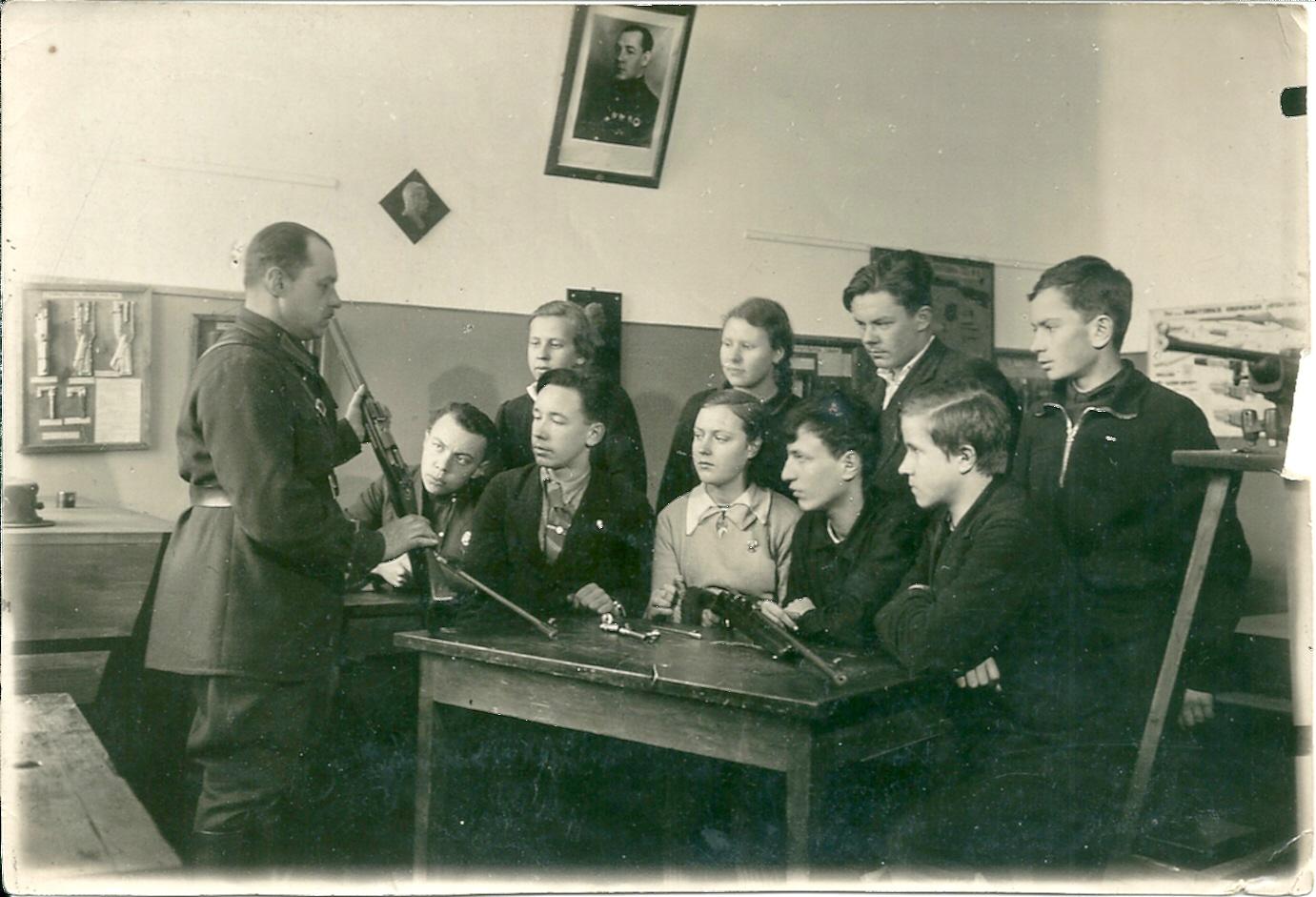 ок.1940 в школе 187 на уроке по военной подготовке.jpg